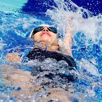 游泳减肥好处多每次30分钟瘦全身