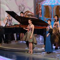 组图:李云迪钢琴伴奏港姐众佳丽齐跳溜冰舞