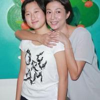 成龙私生女遭母亲吴绮莉虐待吴绮莉否认:我没打她