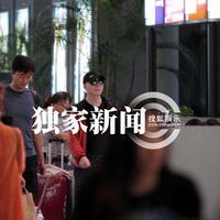 组图:冯小刚黑超遮面现身机场穿着低调