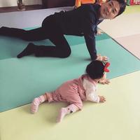 刘强东陪女儿爬地垫